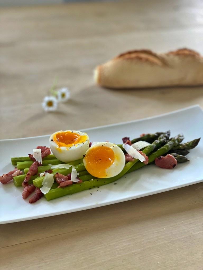 Bilde av dampkokt asparges på komfyren