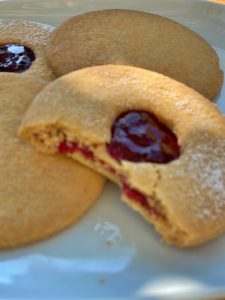 bilde av shortbread cookies med bringebærsyltetøy for å få synlighet på google
