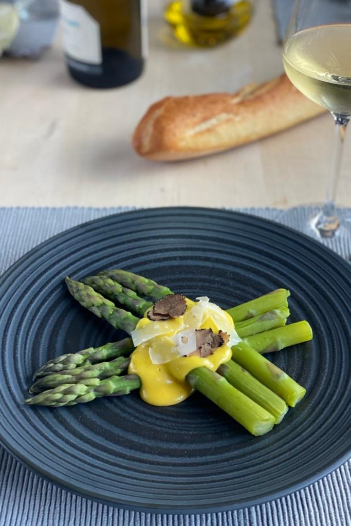 Asparges med Hollandaisesaus er den perfekte franske måten å feire våren på. Løp og kjøp når de første aspargesene kommer i butikken!