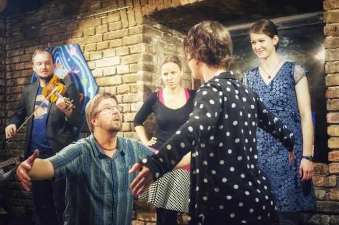 Foto z vystoupení improvizační skupiny Pod kobercem