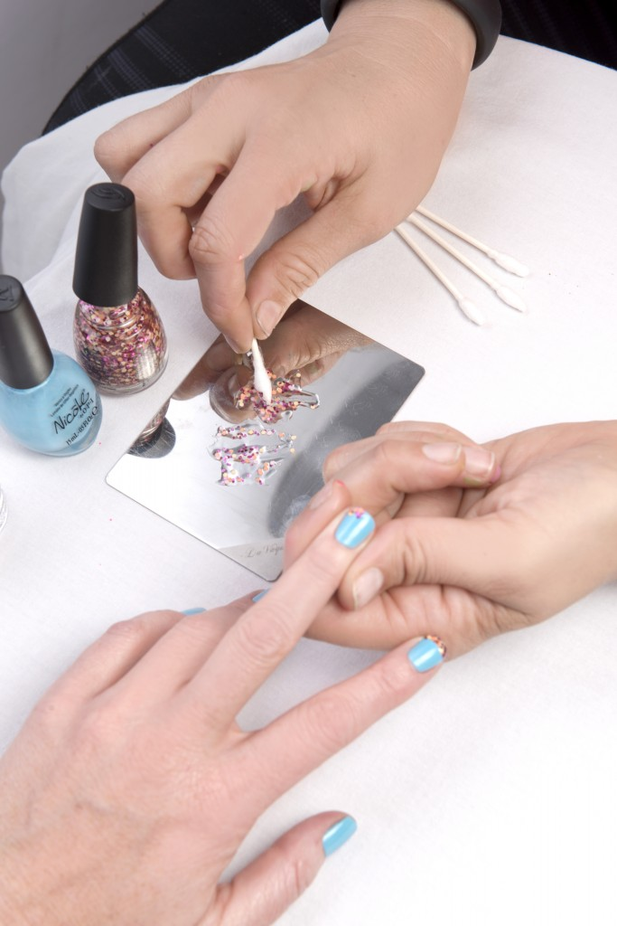 how-to-apply-glitter-on-nails