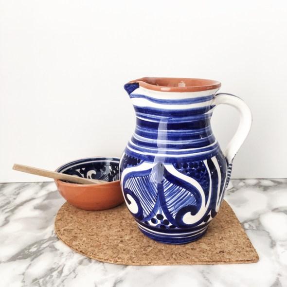 Casa Cubista Keramikkaraffe COLHEITA blau-weiss aus portugiesischer Keramik