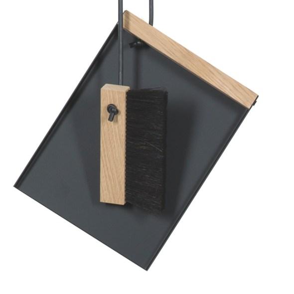 Kehrset Johann und Lotte Handfeger mit Holzgriff und Kehrschaufel aus schwarzem Metall von Raumgestalt