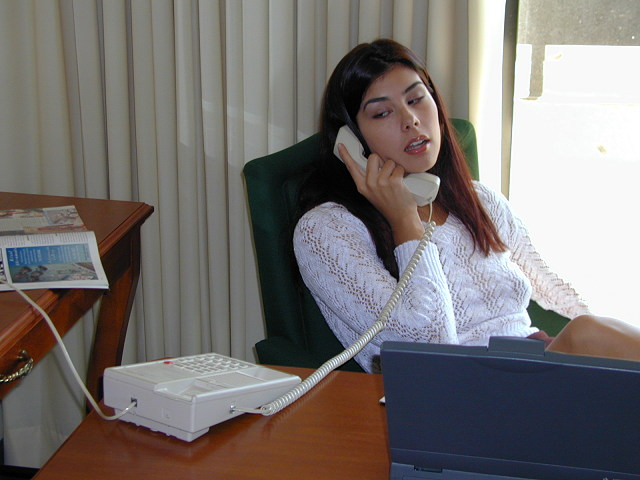 jeune stagiaire baise au telephone rose au bureau