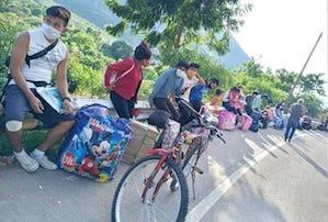 Jóvenes indígenas con destino a la provincia de Condorcanqui