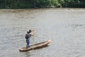 Mujer en una canoa