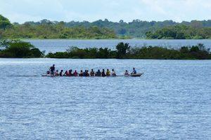 Gente en una canoa