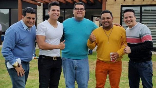 En la parte izquierda de la foto, con chompa azul, está el mánager de Proyecto A, Edwin Peña. (Foto: Facebook/ProyectoA)