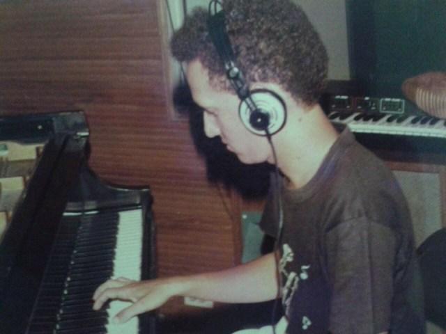 Chelito de Castro durante la grabación de La Rebelión, con cuyo solo de piano se ganaría el respeto y la confianza de Joe Arroyo. Año 1986. (Foto: Archivo personal de Chelito de Castro)