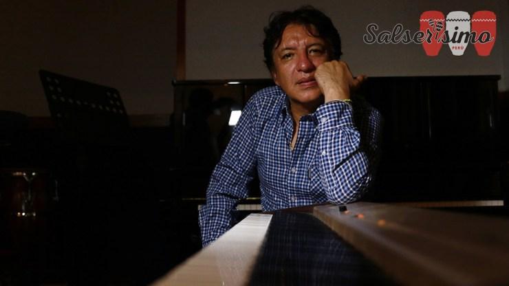 """""""Vega, César Vega. Ese muchacho me hace recordar a Julio. Bien encaminado puede ser el siguiente sonero. Tiene improvisación, rima y guapea"""", dice Lucho Cueto."""