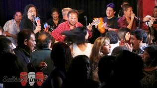 Mita Barreto y Carlos Peluzza Del Carpio haciendo de las suyas en la tarima. La gente bailaba eufórica. (Foto: Salserísimo Perú)