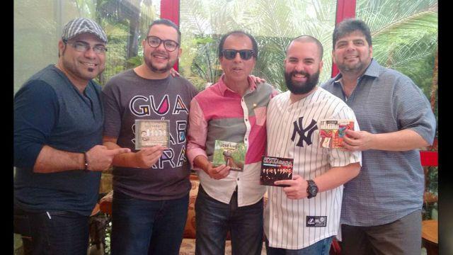 """Ángel Chanamé, en el centro de la fotografía, junto a los integrantes de """"Guasábara Combo"""", durante su última visita al Perú. (Foto: Facebook/Ángel Chanamé)"""