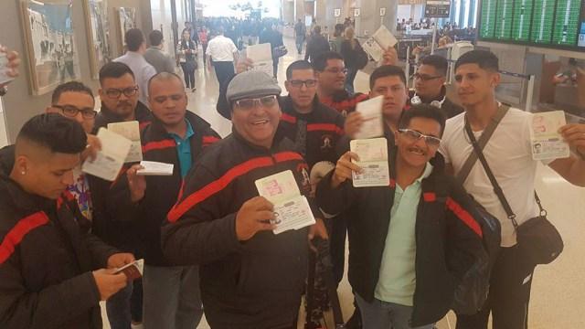 Dante Corrales (boina gris) junto a todos los integrantes de Zaperoko a su llegada a San Francisco durante su última gira por Estados Unidos. (Foto: Facebook/Zaperoko)