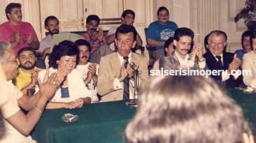 Conferencia de prensa de Frankie Ruiz en el Hotel Bolívar. A su lado Luis Delgado Aparicio y Zayda Candela, quien cuenta que Frankie estuvo muy nervioso. (Foto: Cortesía Zayda Candela)