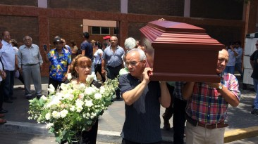 Freddy Young, hijo de Lucho Macedo, encabeza el cortejo fúnebre mientras conversa con una de sus hermanas.(Foto: Antonio Alvarez F. / Salserisimo Perú)