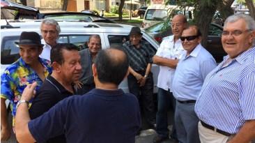 Mocho Bustamante, apoyado en el carro y de blanco Jorge Eduardo Bancayán, observan el saludo entre Freddie y Coco Macedo. (Hijo y hermano de don Lucho). (Foto: Antonio Alvarez F. / Salserisimo Perú)