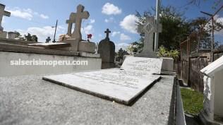 Una bandera de Puerto Rico identifica el lugar donde descansan los restos del reconocido trompetista puertorriqueño. (Foto: Antonio Alvarez F./Salserísimo Perú)