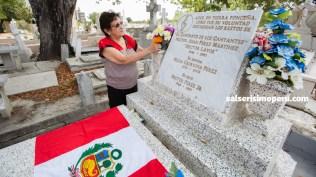 Priscila Vega tuvo el detalle de acompañar a Salserísimo Perú hasta la tumba de su hermano el 'Cantante de los cantantes'. (Foto: Antonio Alvarez F./Salserísimo Perú)