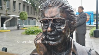 Al parecer alguien intentó llevarse los lentes del Cantante de los Cantantes. (Foto: Daniel Alvarez F. / Salserísimo Perú)