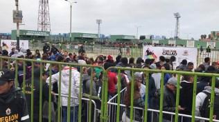 La fila de gente sigue aumentando conforme pasan las horas. (Foto: Salserísimo Perú)