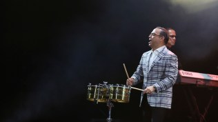 Durante el show Gilberto no solo cantó, sino tocó el timbalito, el güiro y la conga. (Foto: Antonio Alvarez F./Salserísimo Perú)