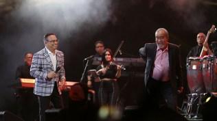 Los años no pasan en vano, da a entender Andy Montañez luego de una coreografía junto a Gilberto Santa Rosa. (Foto: Antonio Alvarez F./Salserísimo Perú)