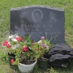 Dejan ropa y zapatillas en la tumba de Frankie Ruiz [GALERÍA]