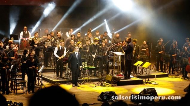 Al final todo se quedaron de pie para recibir los aplausos del público. (Foto: Daniel Alvarez F. / Salserísimo Perú)