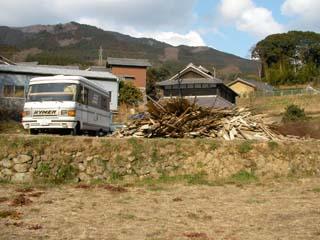 予定地の上にはサルシカ号と大量の薪!
