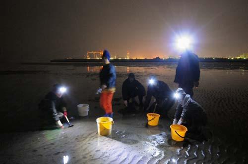 深夜12時。三重県津市の御殿場海岸にて記念撮影。もちろん我々以外には誰もいない。