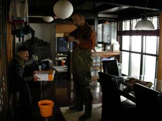 仕事の打ち合わせ中のカメラマン準と隊長