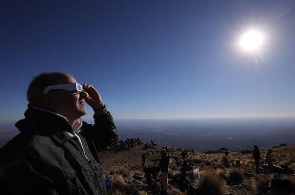 IMÁGENES: ASÍ SE VIO EL ECLIPSE SOLAR TOTAL EN CHILE Y ARGENTINA