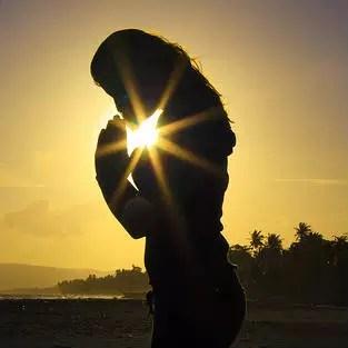 Resultado de imagem para imagem de uma pessoa orando