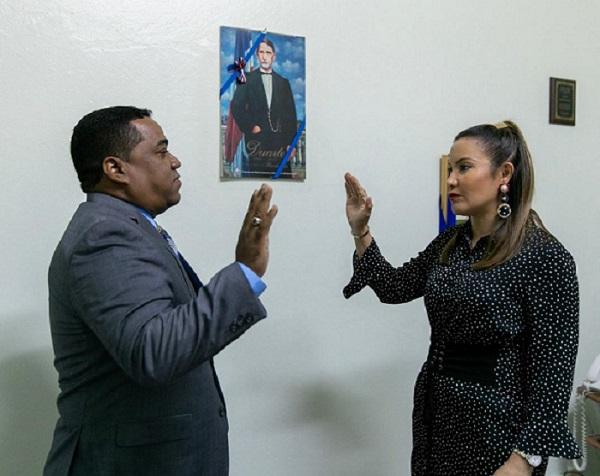 Directora del Servicio Regional Metropolitano de Salud juramenta nuevo director del Hospital Santo Socorro.