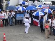 Vuelven las sombrillas azules; enfermeras dicen normas actuales no garantizan manejo adecuado de pacientes
