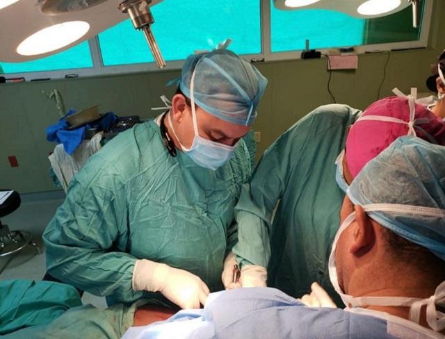 Director del Ney Arias Lora realiza varios procedimientos quirúrgicos junto a especialistas