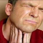 imagen de persona con dolor de garganta