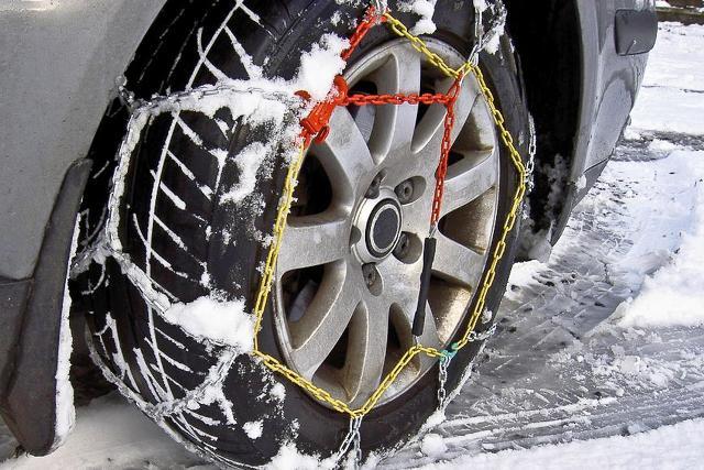 Pneumatici da neve, o catene da neve a bordo auto, sono obbligatori da domenica