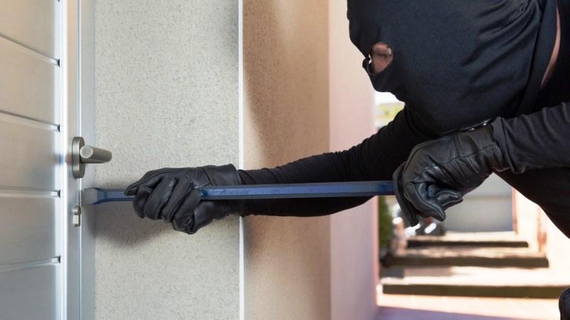 Visitano la casa, al momento incostudita, ma non trovano nulla da rubare