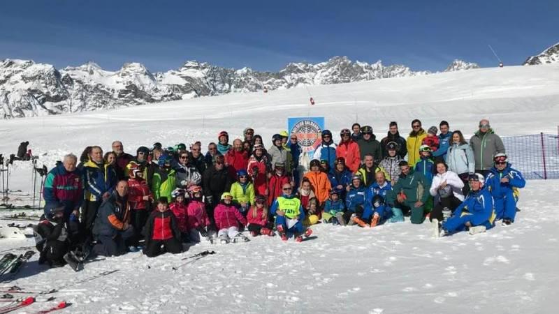 Foto di gruppo alla fine della gara sociale di Valtournenche con lo Sci Club Salussola