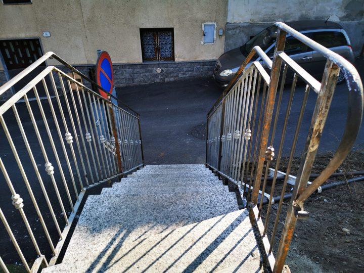 Dopo il rivestimento dei gradini ora anche una ringhiera nuova