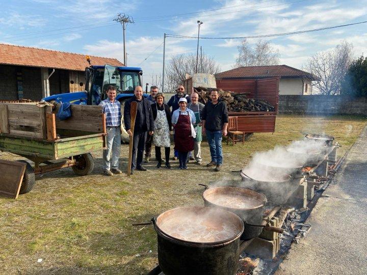 Cottura dei fagioli serviti durante il pranzo di carnevale di Vigellio