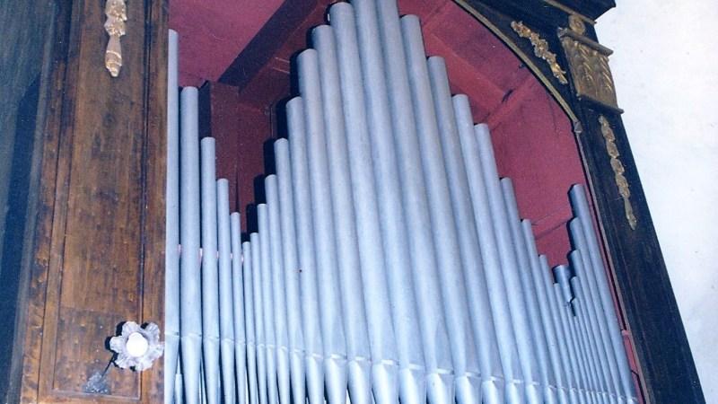 Note d'organo di un' Ave Maria tra gli spazi vuoti della chiesa di santa Maria Assunta