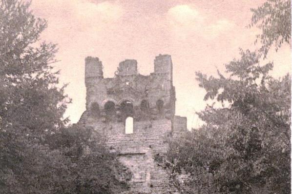 Vecchia Salussola: Bellissima immagine della porta urbica inferiore animata con popolani di inizio 1900