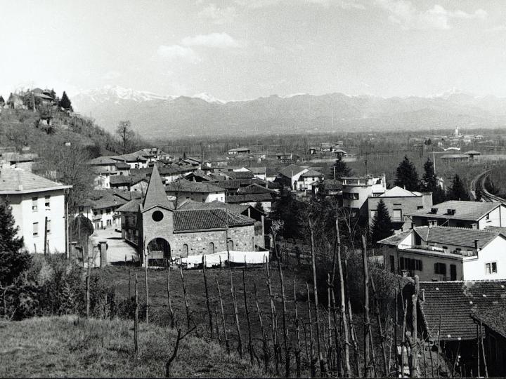 Vecchia Salussola: Veduta del borgo Piano ed in prima vista la cappella del beato Pietro e della Madonna d'Oropa