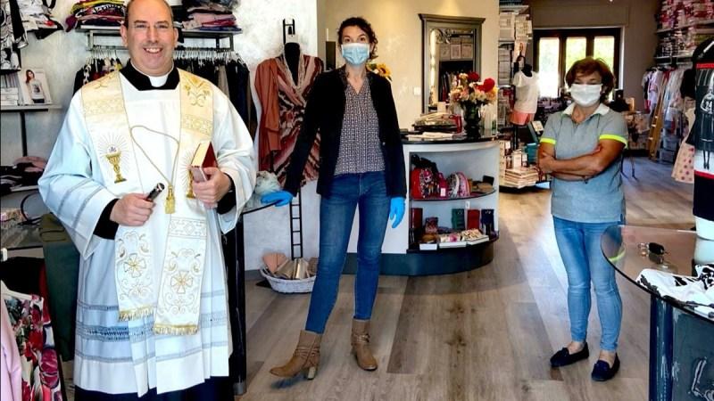La benedizione del parroco per la riapertura della Coccinella