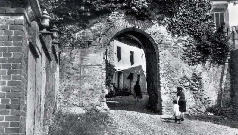 Vecchia Salussola: La porta urbica, coperta di senecio rampicante, vista intorno agli anni del 1960