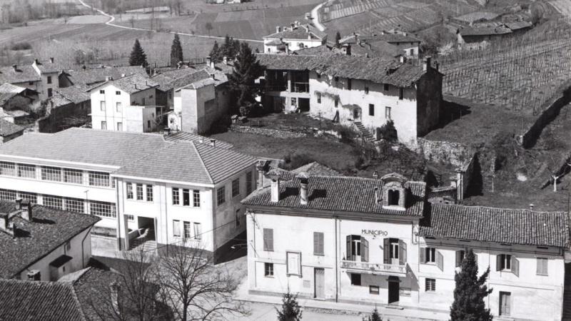 Vecchia Salussola: Municipio e scuola visti dal campanile. Qui siamo alla fine degli anni del 1950 inizi del 1960. La scuola è del 1955/57