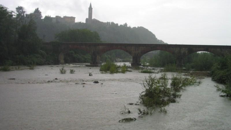 Ore di pioggia battente, strade e campi allagati, ma per ora, mentre scriviamo, la collina tiene