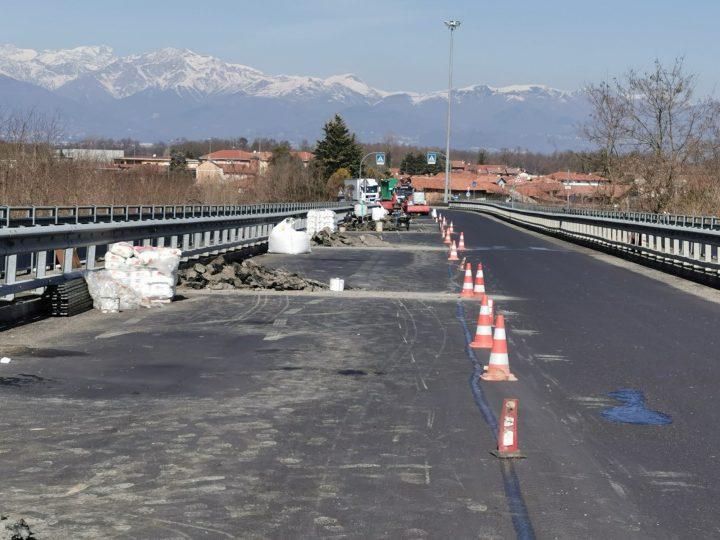 Via l'asfalto per fare manutenzione ai giunti di dilatazione strutturale del ponte sull'Elvo